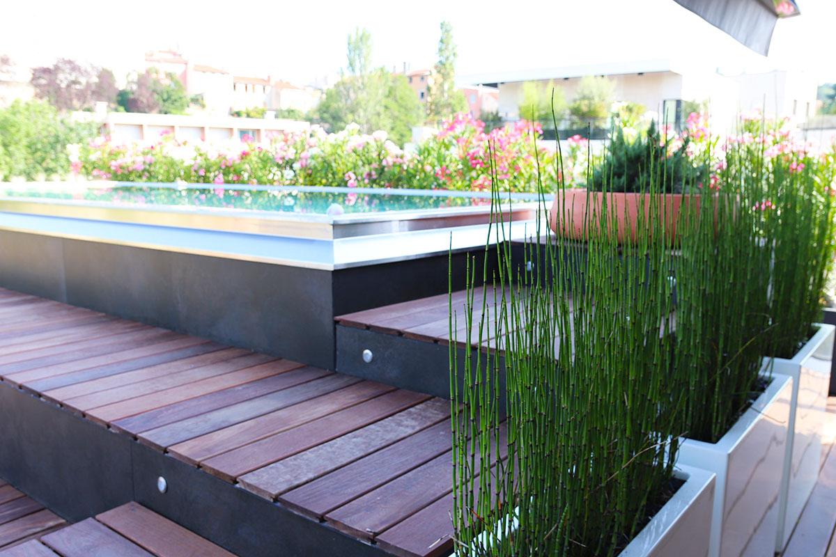 zone piscine aménagée par un paysagiste à Lyon en terrasse