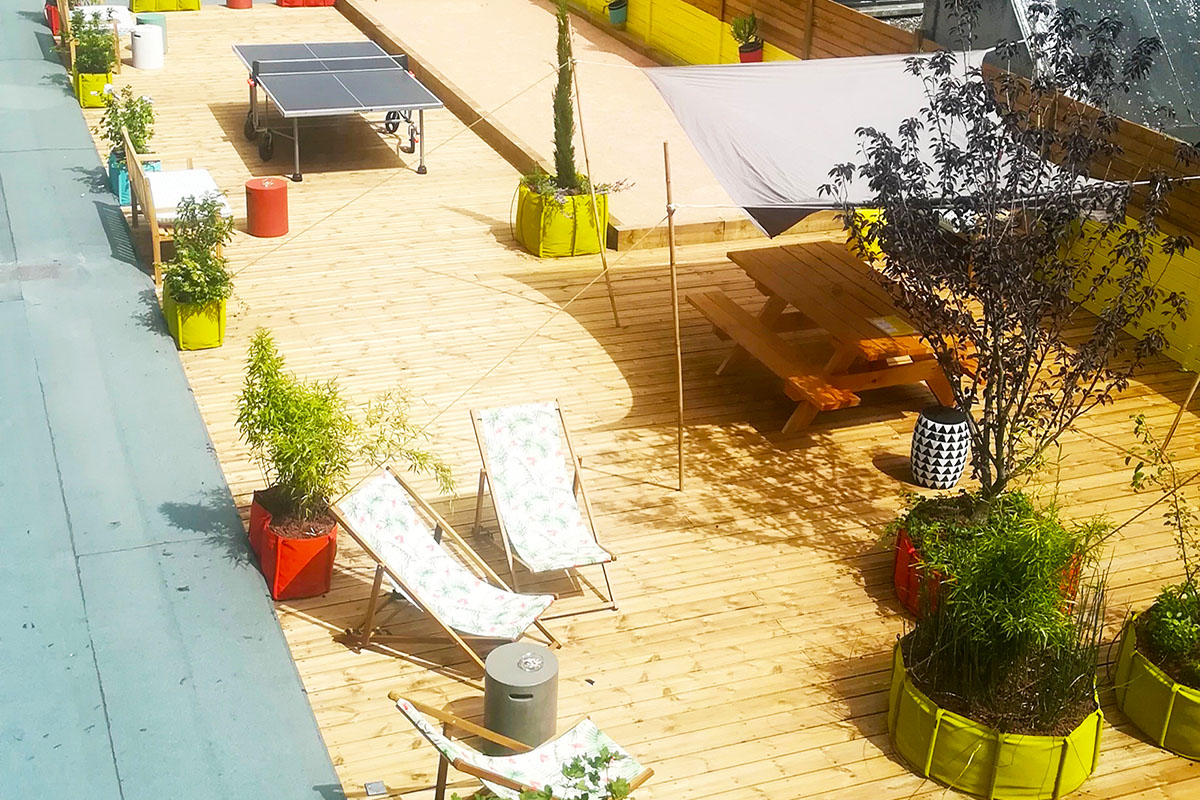 terrasse d'un hôtel restaurant coworking aménagée