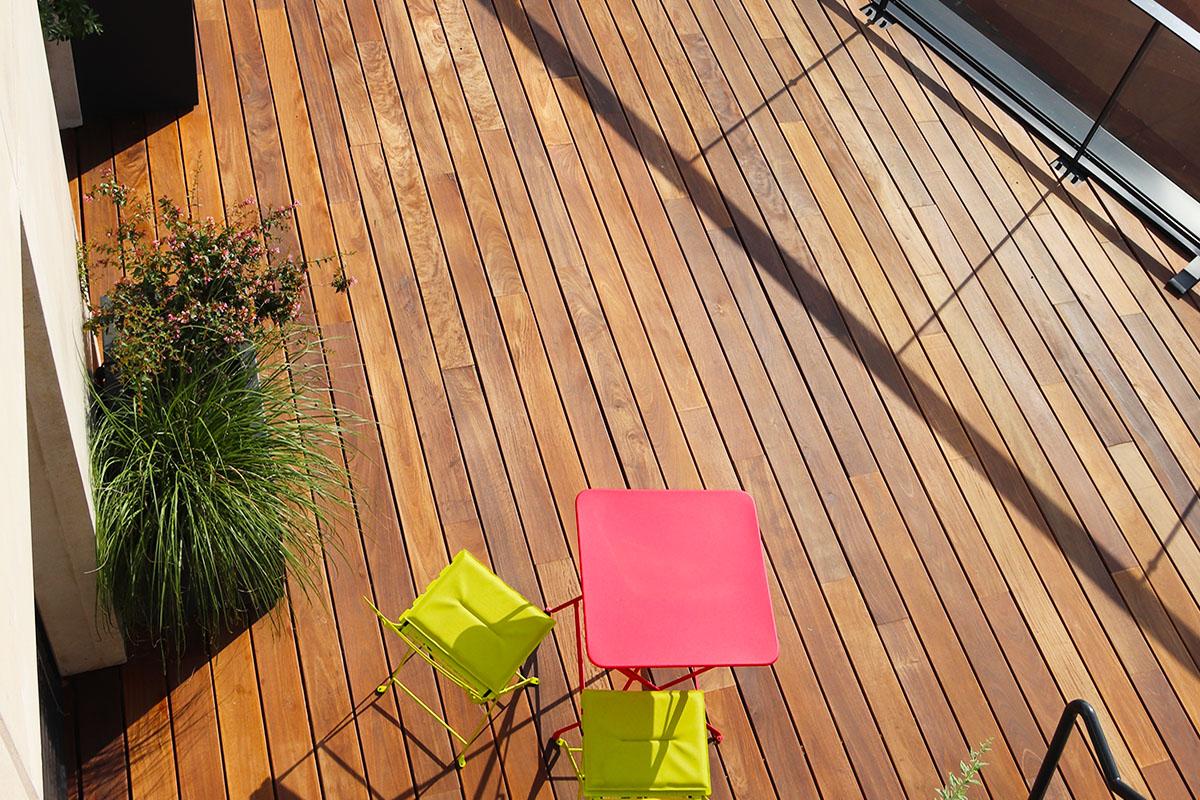 terrasse bois pour Lugdunum avec chaise et table de jardin à Lyon