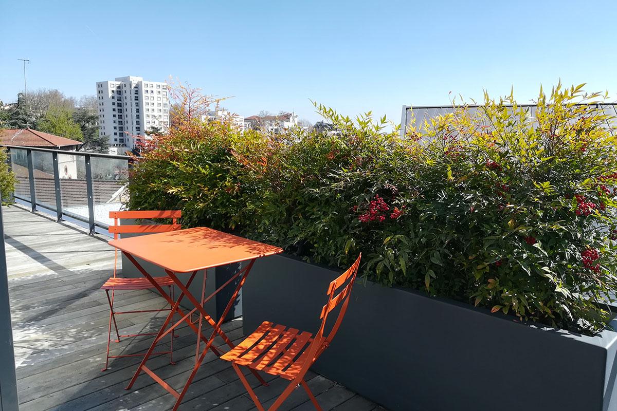 chaise et table de jardin en terrasse à Lyon